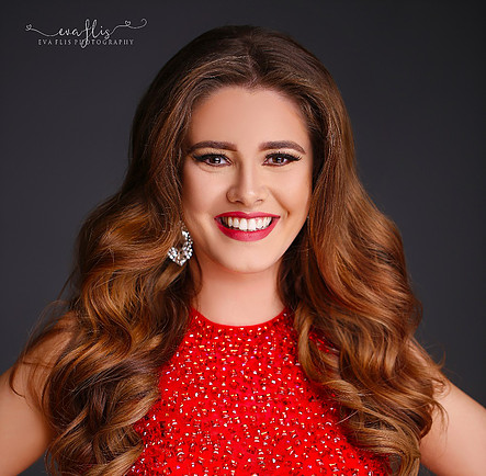 Taylor Mitchell Winner – 2017 Miss Illinois Miss Earth United States,  23 year old, Student at DePaul University.